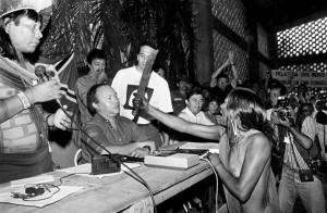Indígena Tuíra (etnia Kayapó) enfrenta José Antonio Muniz Lopes, diretor da Eletronorte (na época a Norte Energia era chamada de Eletronorte), durante o I Encontro dos Povos Indígenas do Xingu, que aconteceu em fevereiro de 1989 Altamira/PA. Foto: Paulo Jares.