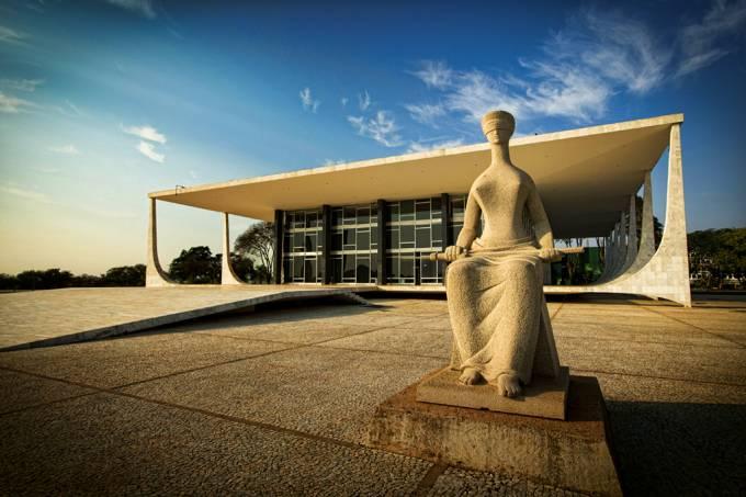 Em foto, é possível ver Supremo Tribunal Federal (STF) e estátua da justiça à frente