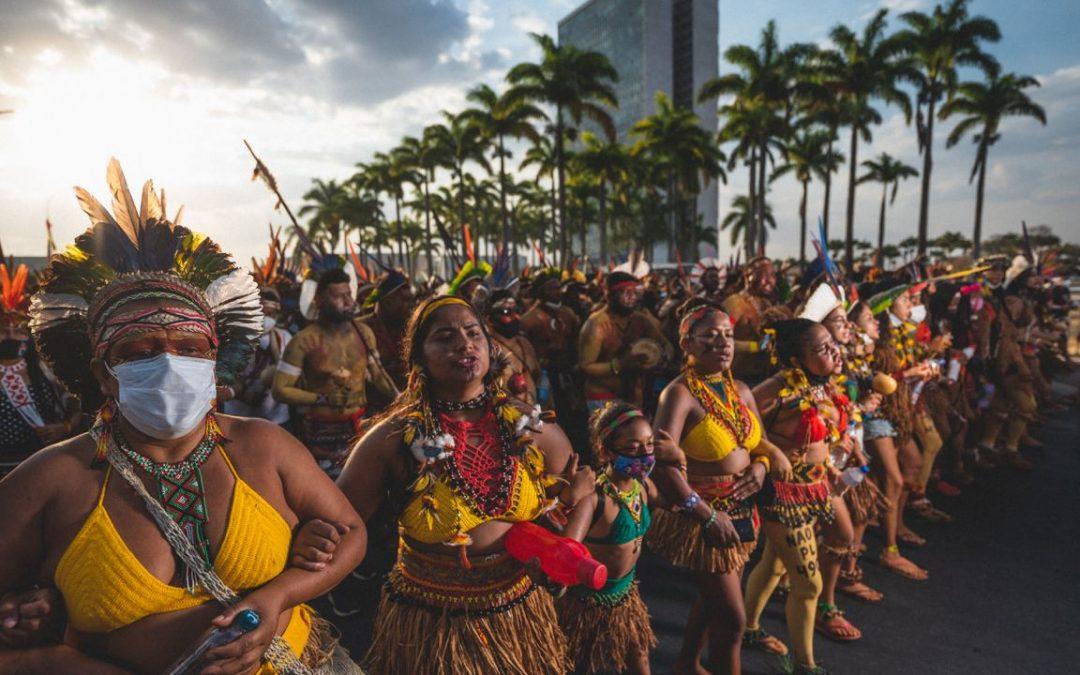 Em foto, é possível ver ato de mulheres indígenas em Brasília
